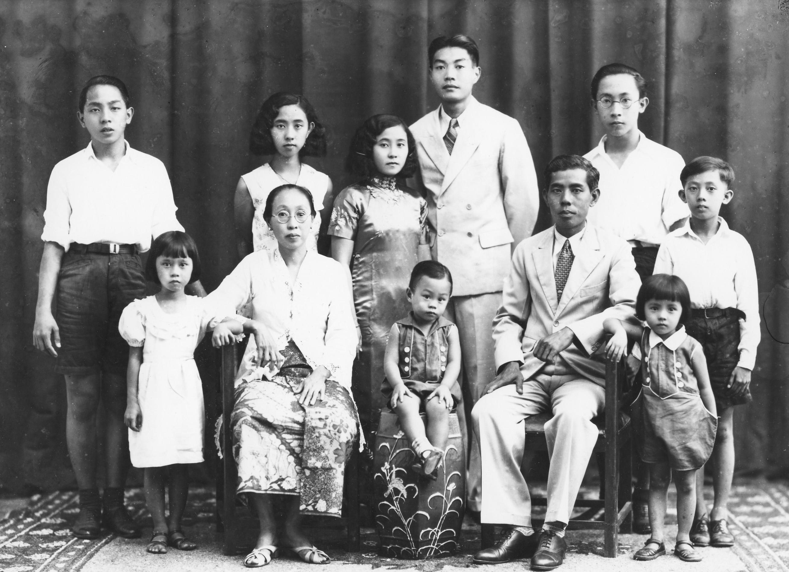 Foto van de familie The Tan Boe, 1935-1940. Uit de collectie van wijlen heer The Pik Sin.