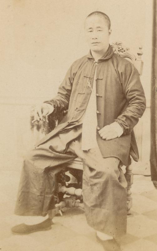 'Baju tui khim' met een kraag in westerse stijl en een 'celana komprang'. Java 1870. KITLV 100948