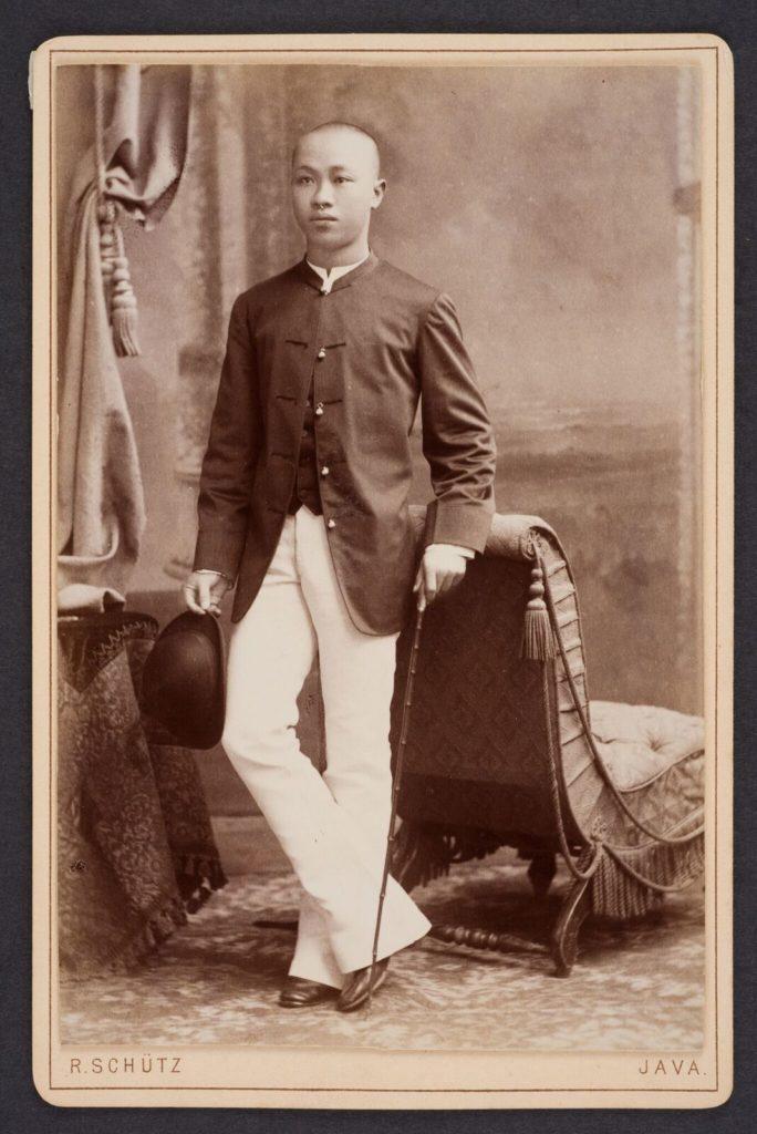 Portret van Oei Tiong Ham (1866-1924), Java 1887. 'Amek Gambar' tentoonstelling 5 mei 2018 – 3 februari 2019, Peranakan Museum Singapore.