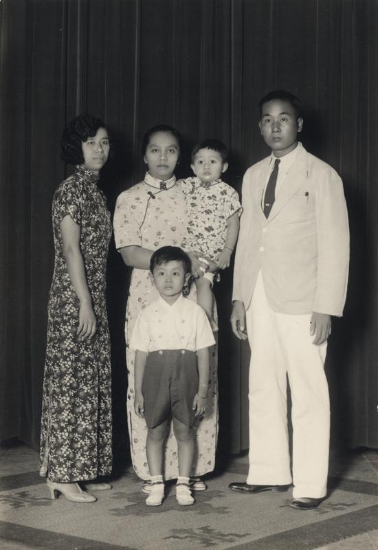 De 'cheongsam'of 'qipao' is een gemoderniseerde versie van de 'changpao', een Mantsjoe-jurk uit één stuk. Yogyakarta 1930, KITLV 50439