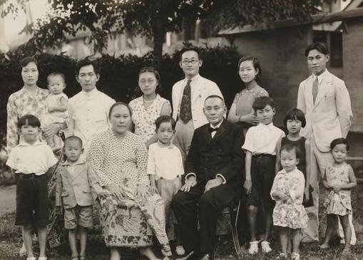 Chinese familie in verschillende kledingstijlen